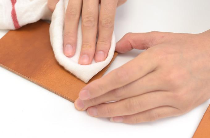 A、Bの時と同じように、全体を濡れた布で拭いていきます。