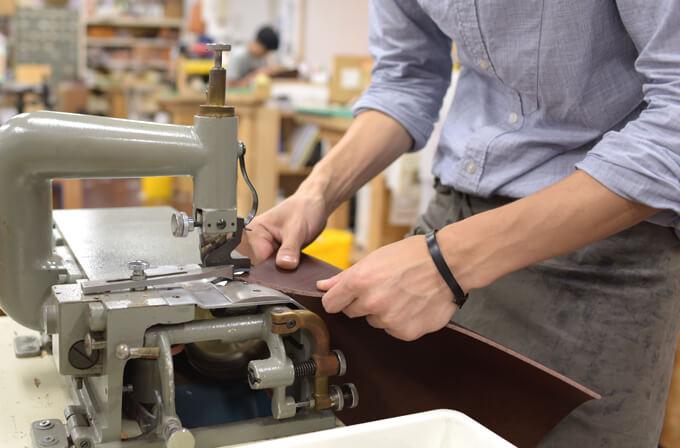 革を部分的に漉く工程