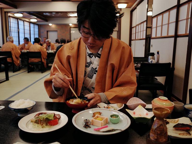ご飯を食べる小野寺