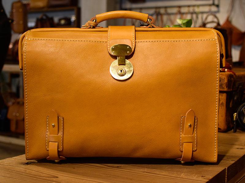 こちらが定番外、NEZのダレスバッグ