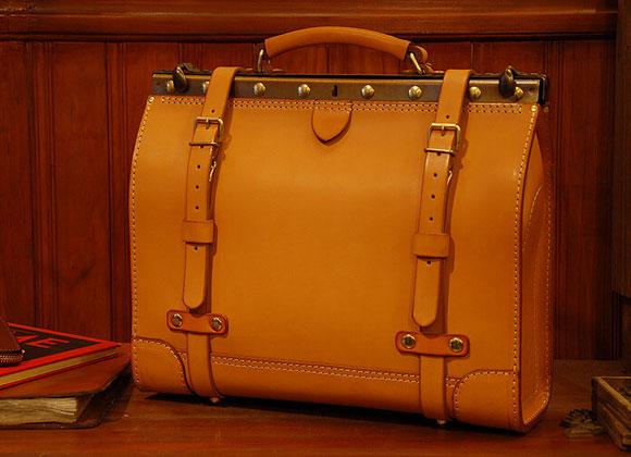 クラシックな金具を使ったビジネスキットバッグ