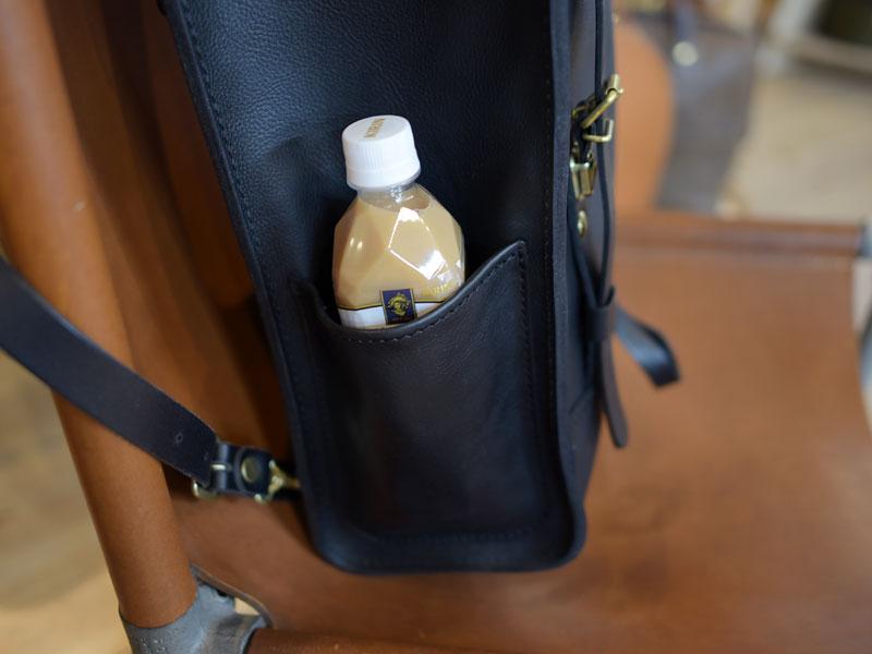 ペットボトルも入るサイドポケット