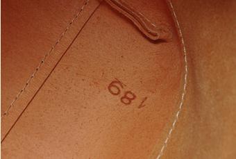 革の大きさを表すデシ数の刻印
