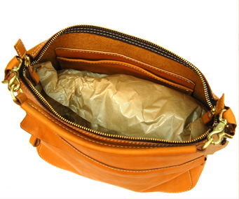 鞄を使用しない時は中に詰め物を入れて、風通しのよい場所に保管して下さい