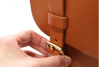 差し込み金具の開閉方法