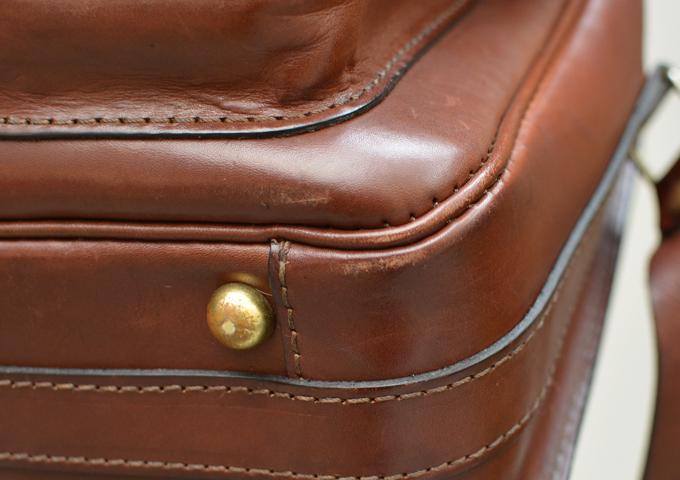 スタッフ愛用品:2ポケット・ハードショルダーバッグ エイジング 四隅