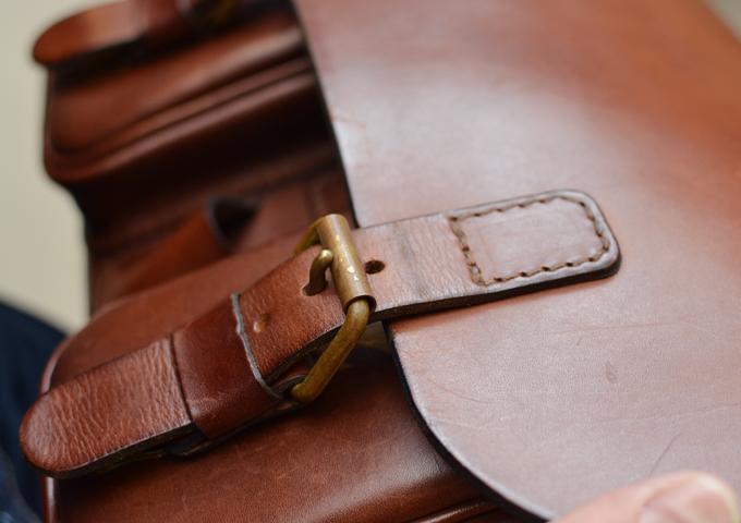 スタッフ愛用品:2ポケット・ハードショルダーバッグ エイジング 金具