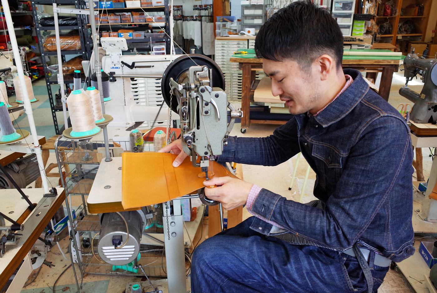 鞄製作中の木村