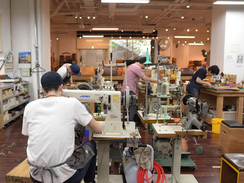 工房内では、Tシャツ姿で鞄作りに励む、作り手が目立っています。