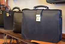 黒革で揃えるビジネスバッグと革小物
