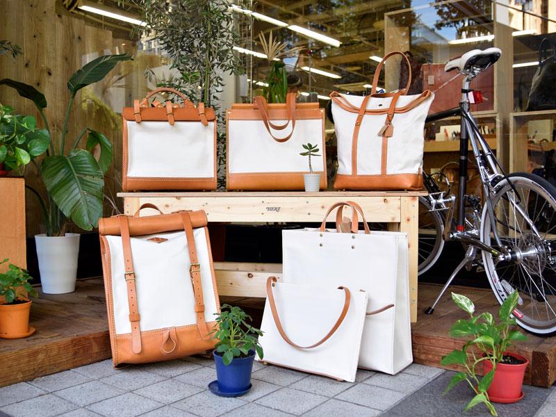 本店発信の夏企画「キナリ×キャメル」の鞄と小物たち