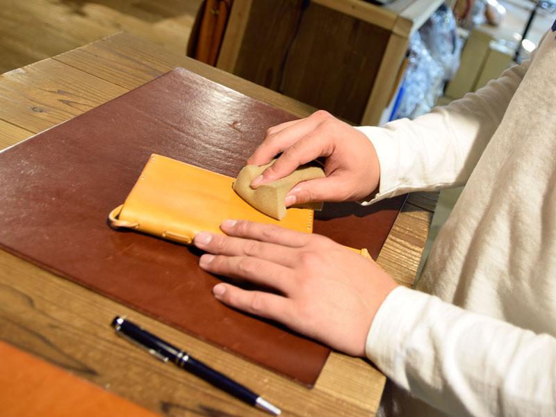 ブックカバーにオイルを塗る