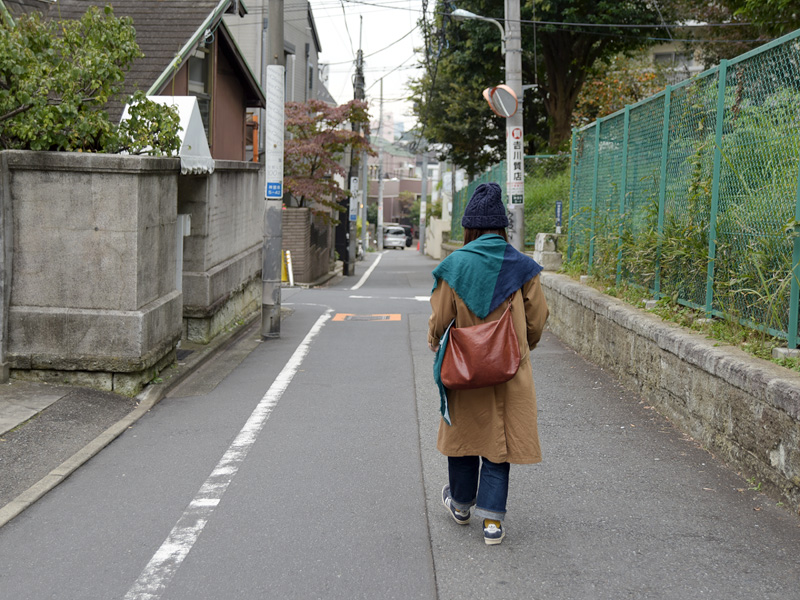 坂道を道なりに下ります。
