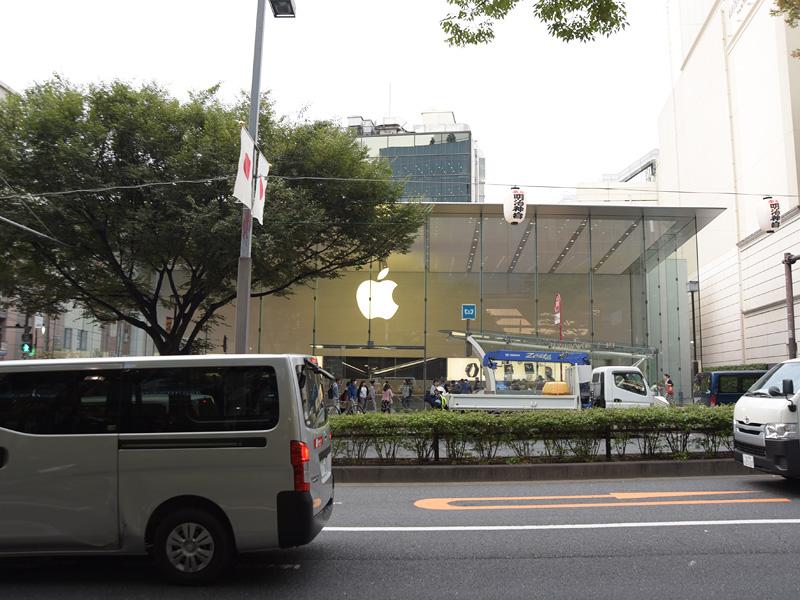 反対側には、アップルストア表参道店