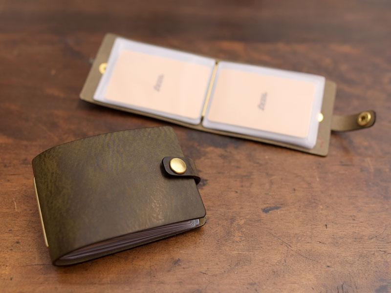 ダークグリーンのブック型カードケース