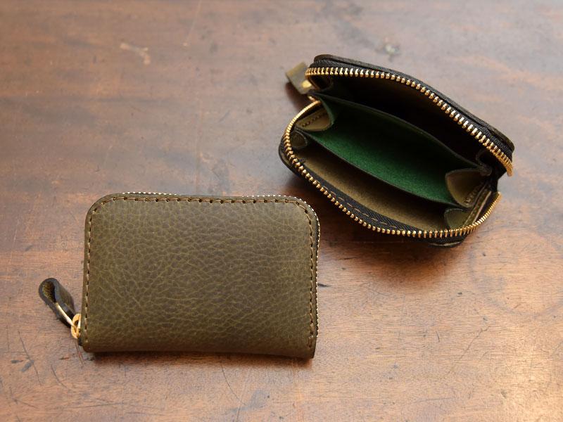 ダークグリーンの小型財布