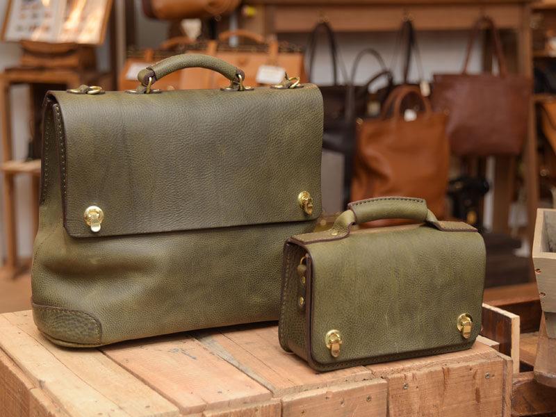 ダークグリーンのボストンバッグとミニ鞄