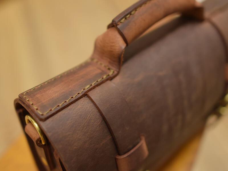 極厚革のダークブラウン鞄 取っ手