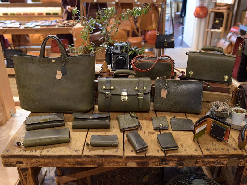 本店ダークグリーンの鞄と小物