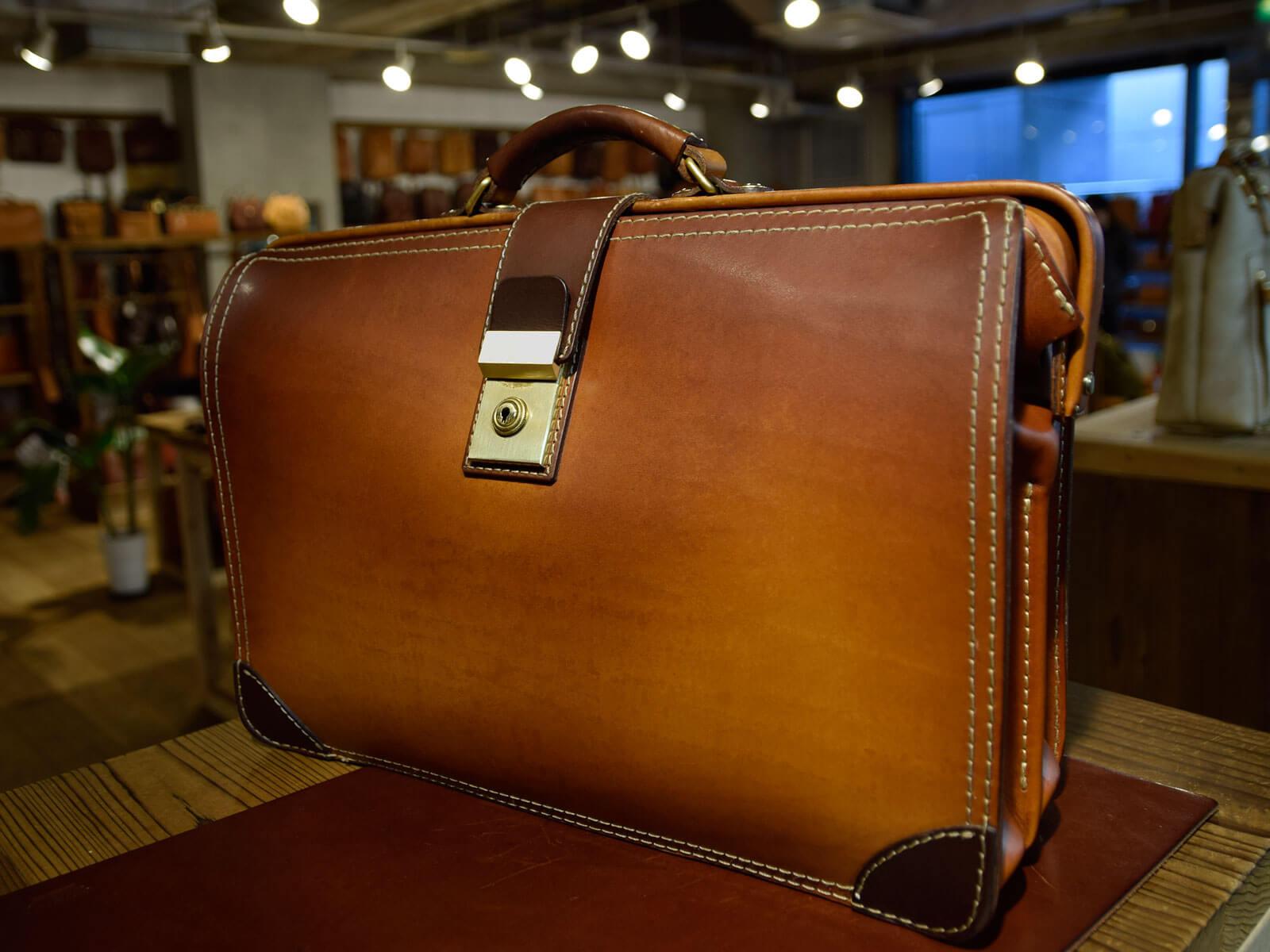 ダレスバッグの素敵な革のエイジングとスーパーカラーバッグのご紹介