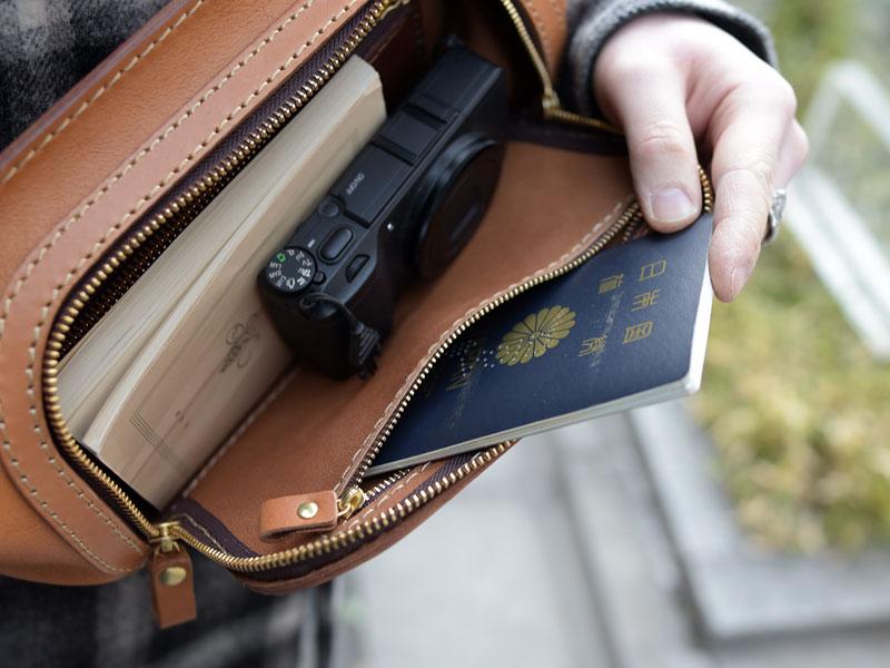 パスポートサイズのファスナーポケット