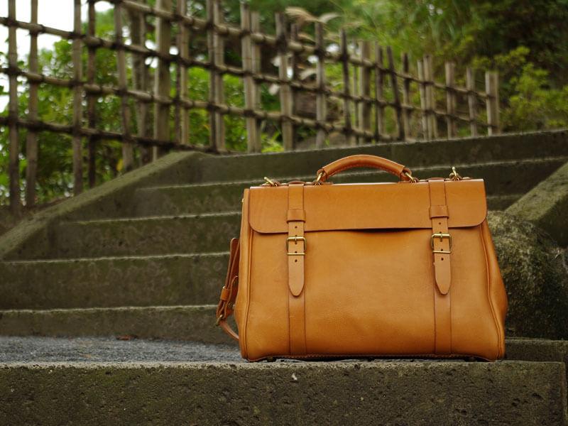 クラシックな作りの鞄