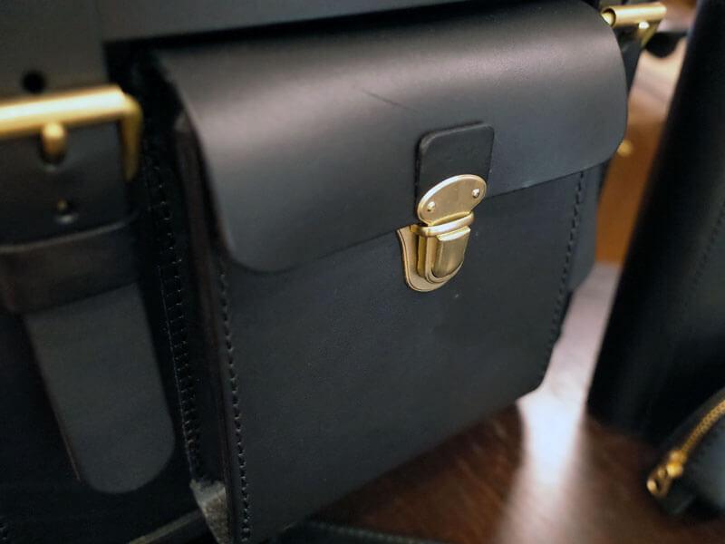 黒革の鞄4