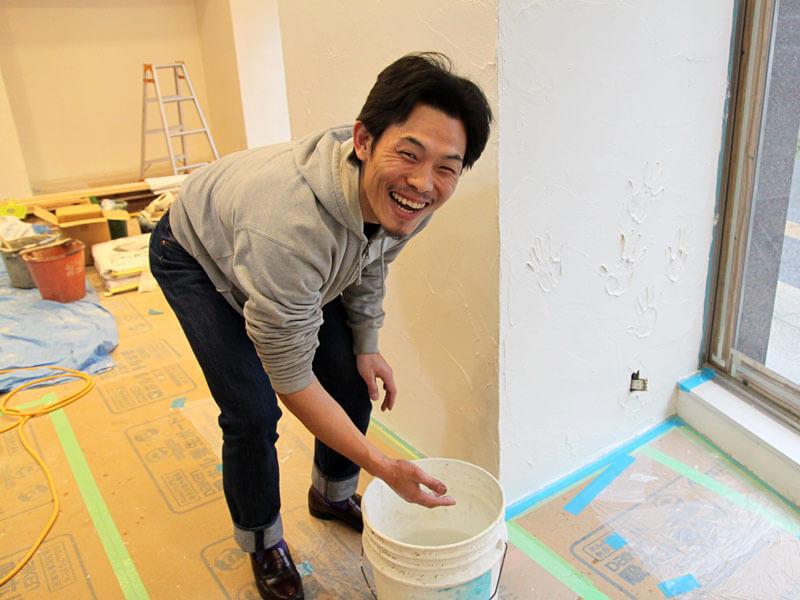手形をいれる作り手:熊谷