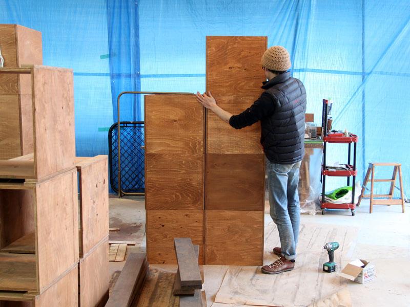 社長は何やら四角い箱を大量生産中