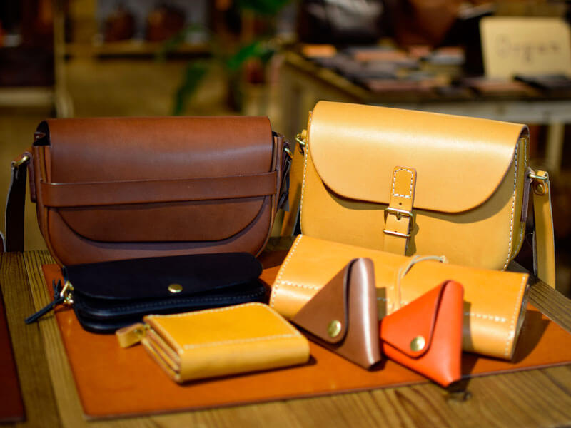 プレゼント交換から生まれた鞄や小物が2月より店頭に並びます