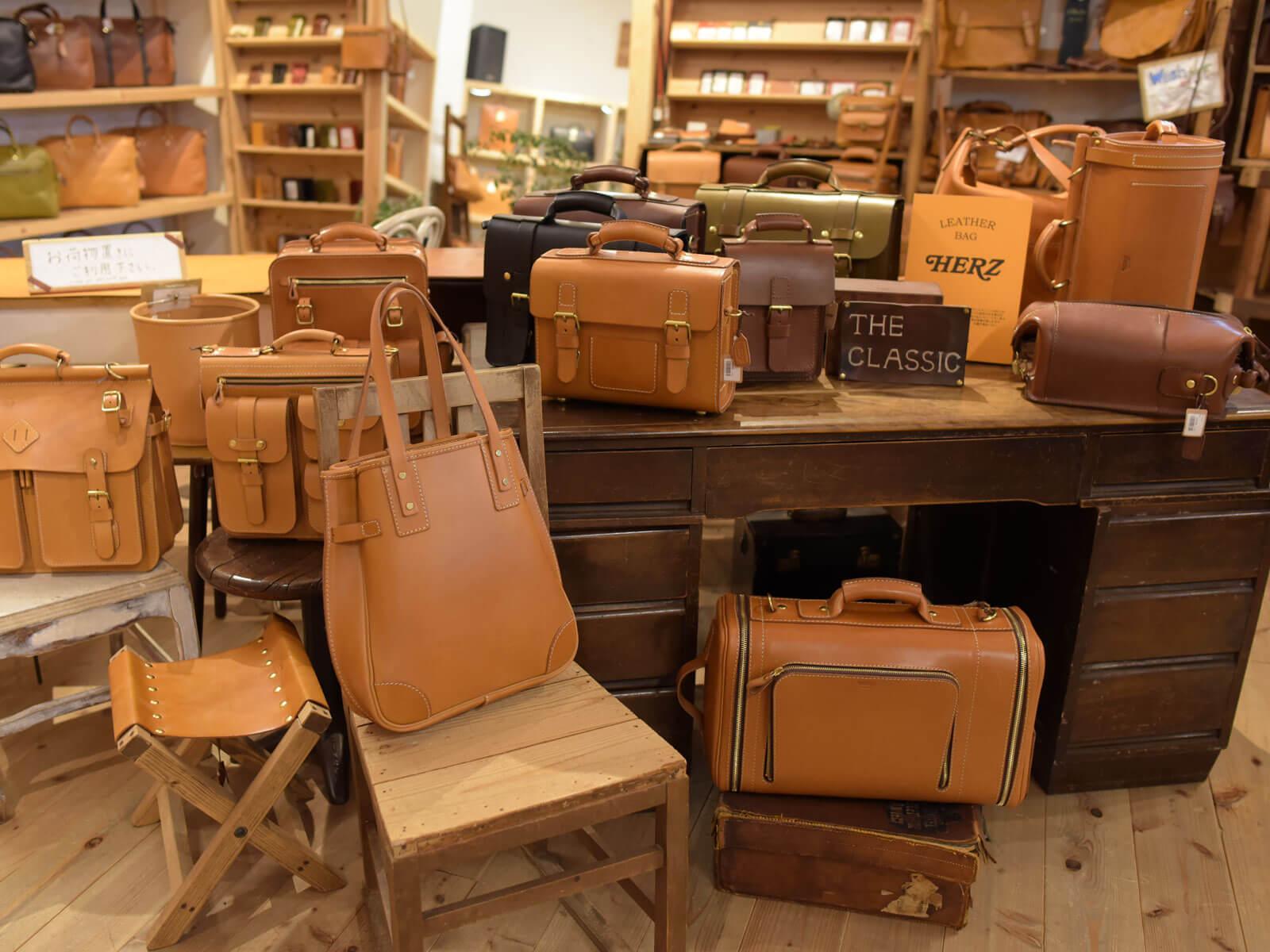 ヘルツらしいクラシックな革鞄たち