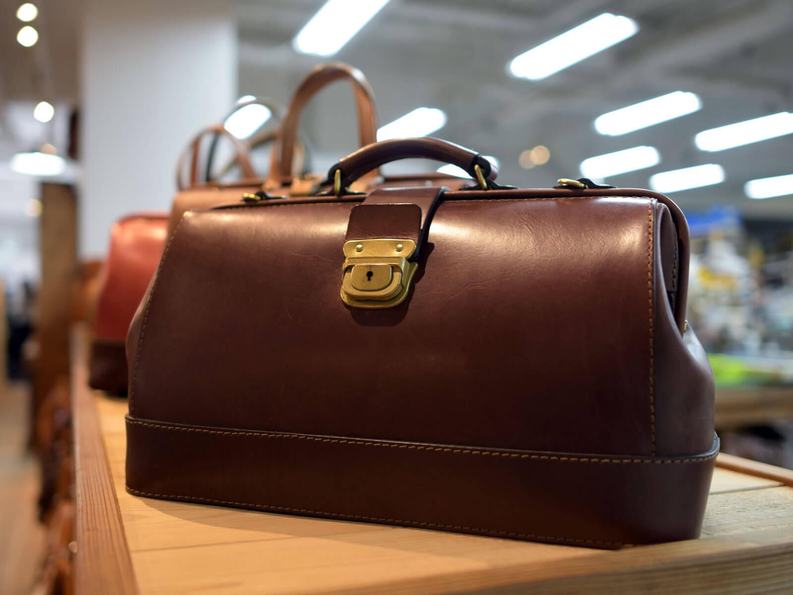 テレビ朝日ドラマスペシャル「そして誰もいなくなった」にボストンバッグが使用されています