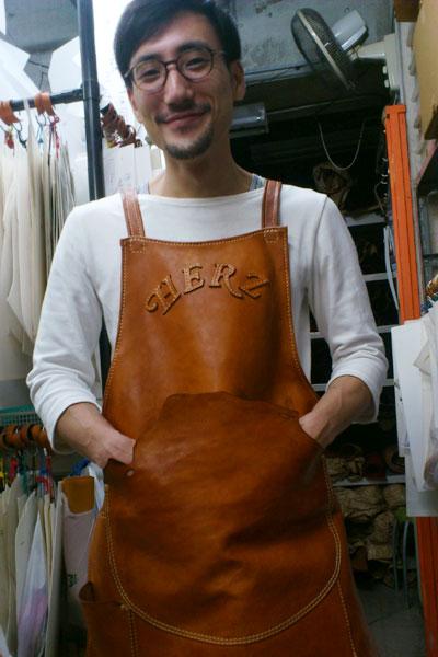 革のエプロン 野口着用