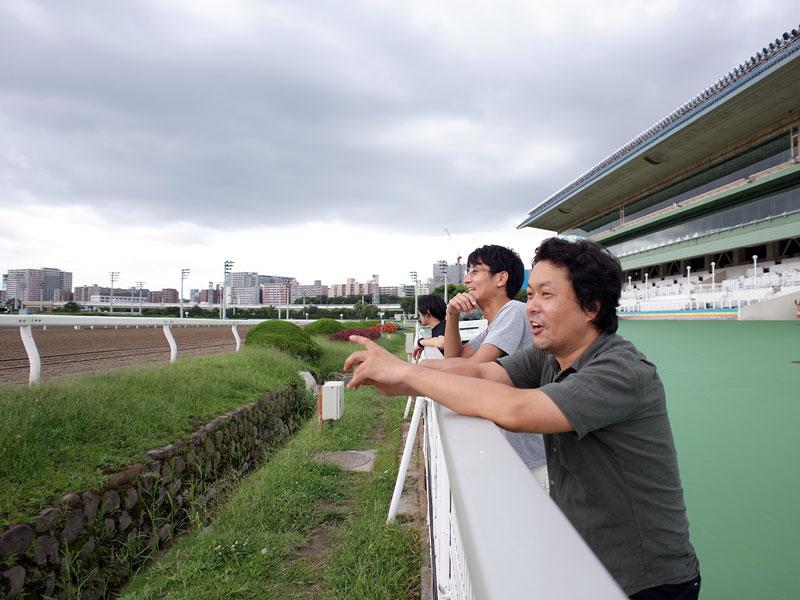 大井競馬場コースを眺めるスタッフたち