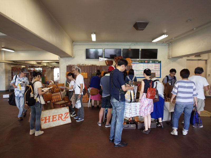 真夏の東京蚤の市 ヘルツ出店風景