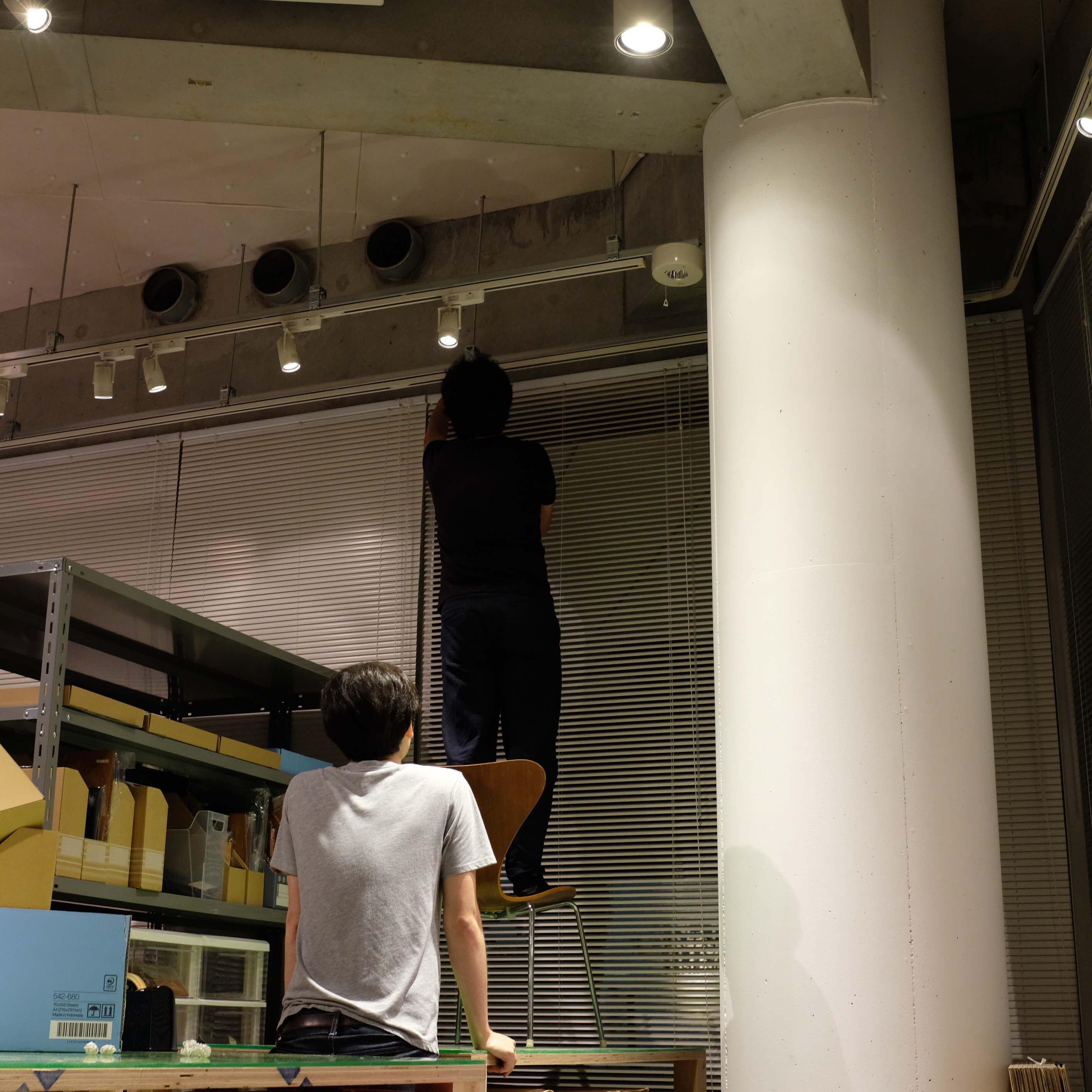 1天井を見上げる