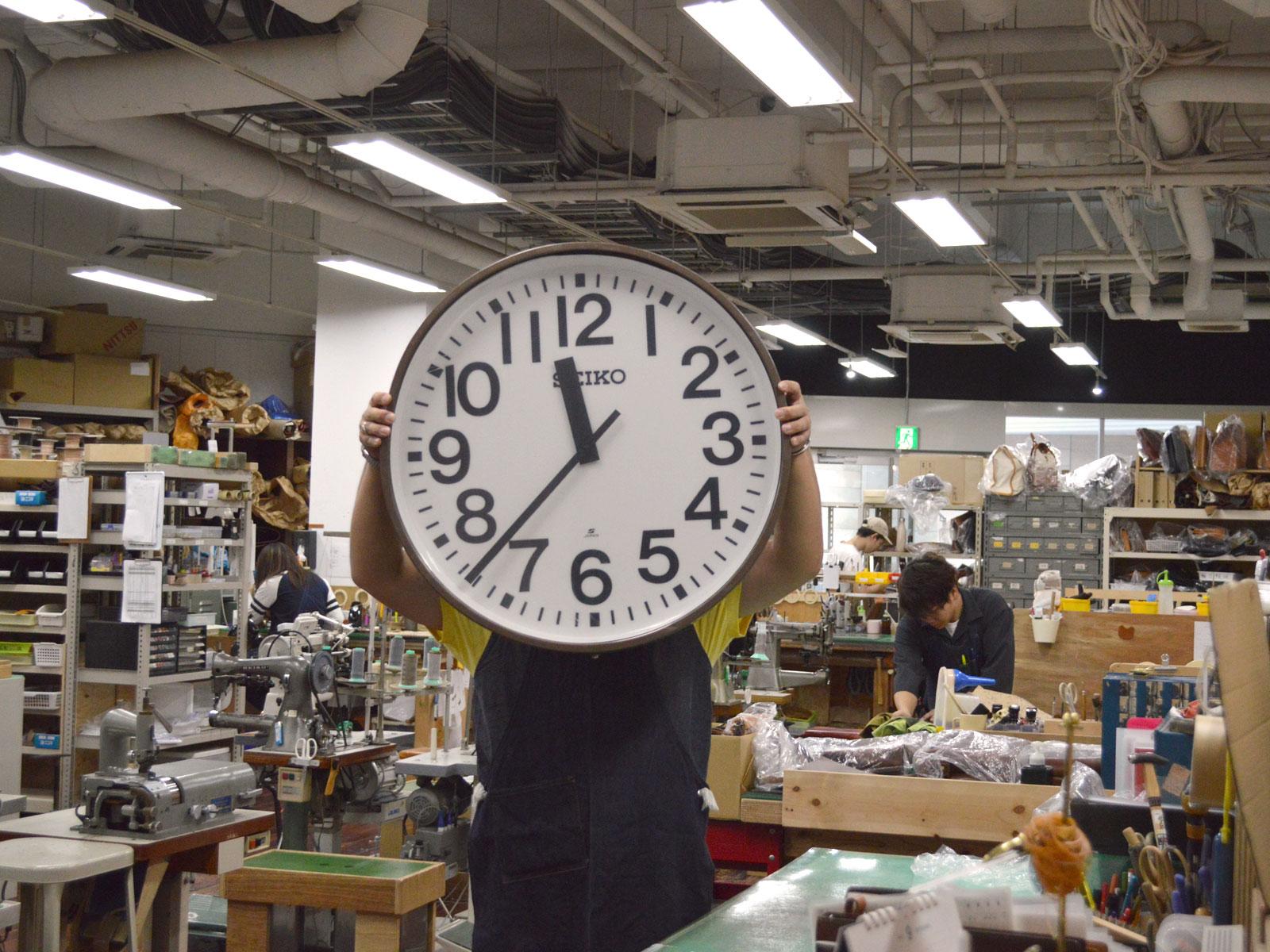 大きなお店の掛け時計