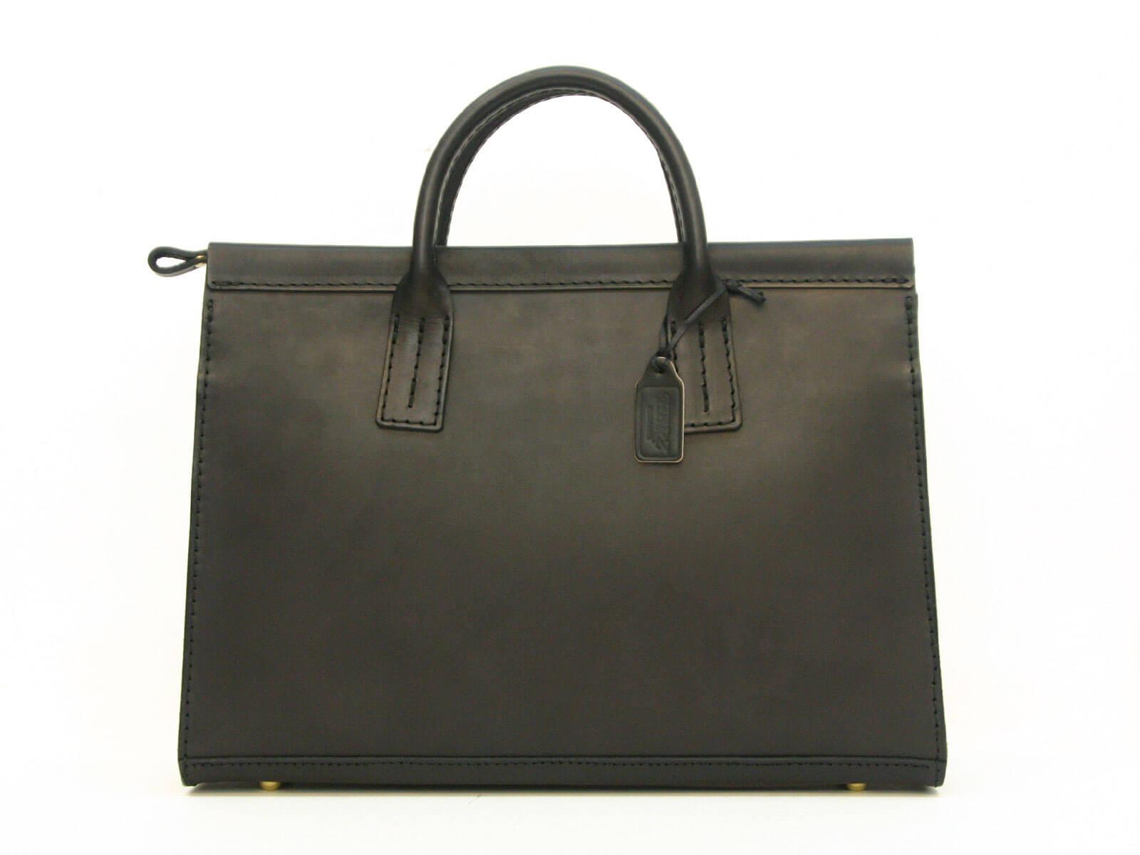 連続ドラマ『石つぶて ~外務省機密費を暴いた捜査二課の男たち~』にビジネスバッグが使用されています