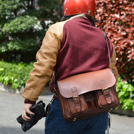 本店スタッフ:鈴木「2ポケット・ハードショルダーバッグ」