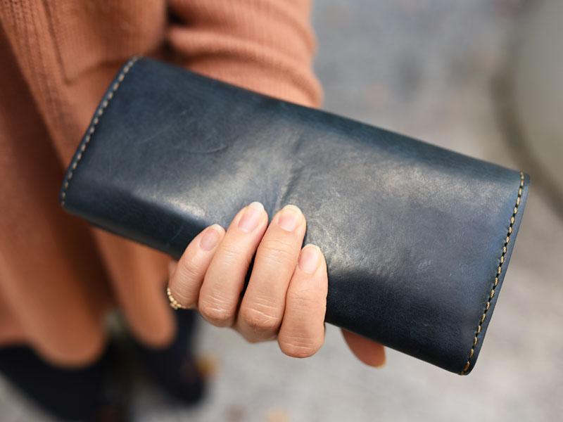 ミッスーリネイビーの長財布(WL-63) 後面アタリ