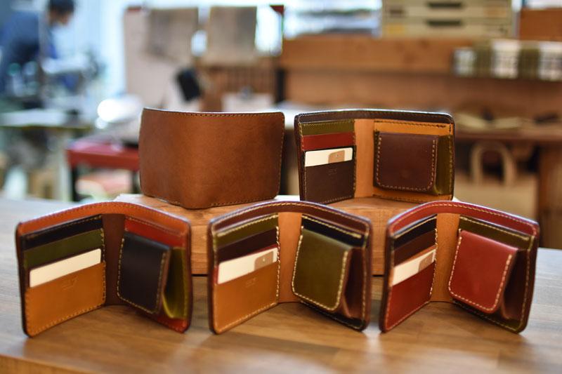 スーパーカラーの二つ折り財布
