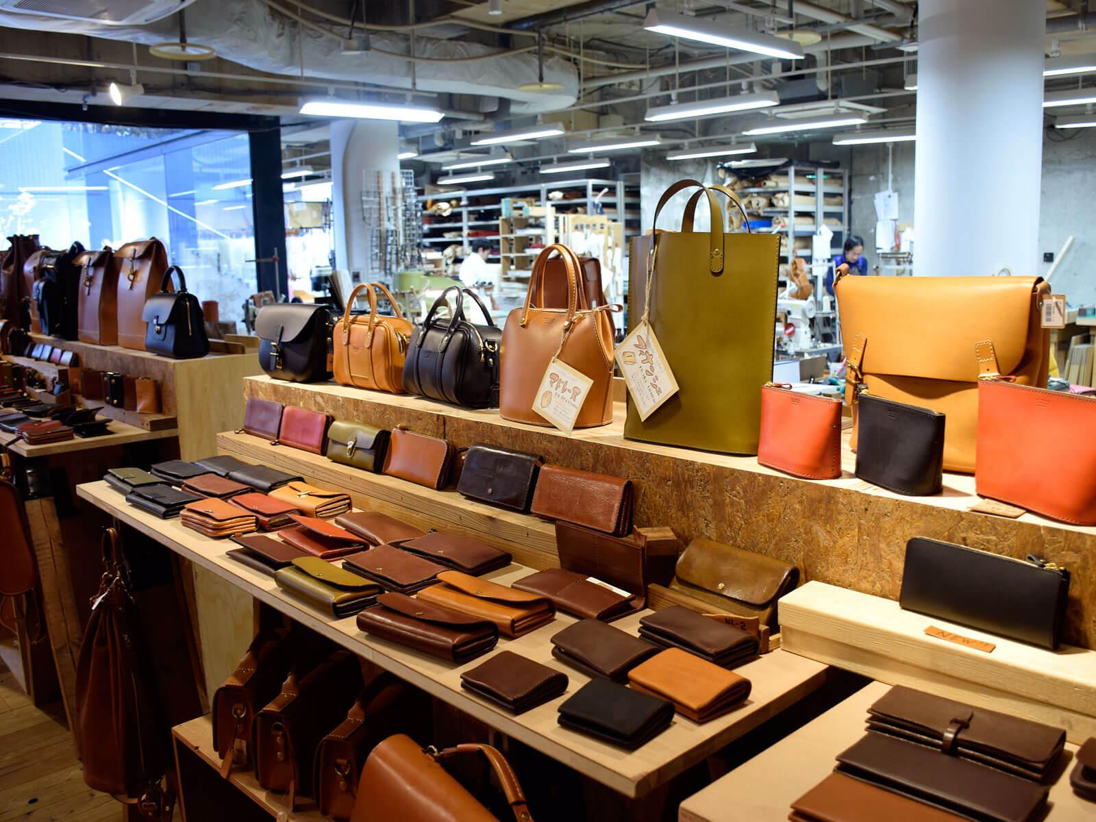 名古屋店は沢山の企画鞄たちで賑わっています