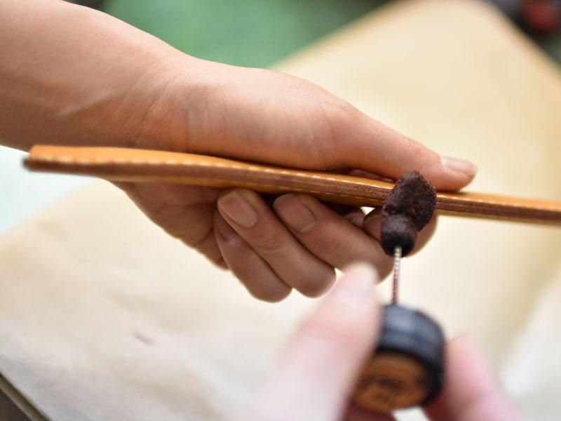 革のコバに染料を入れる