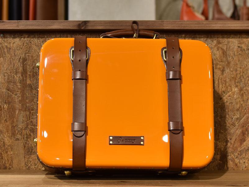 オレンジのトロリーバッグ