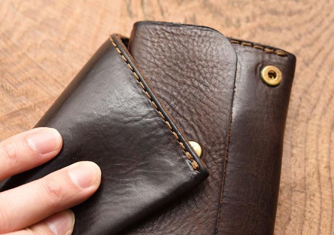 小型のマチ付き二つ折り財布 経年変化3