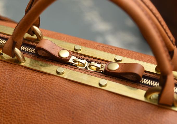 真鍮フレームの口枠ボストンバッグ ファスナー