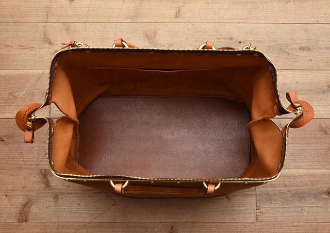 真鍮フレームの口枠ボストンバッグ オープン