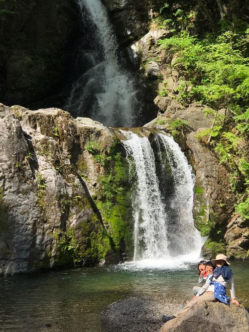 キャンプ場近くの滝