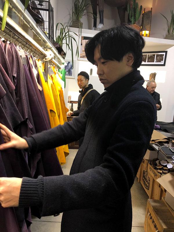 真剣に革を選ぶ作り手の宮崎