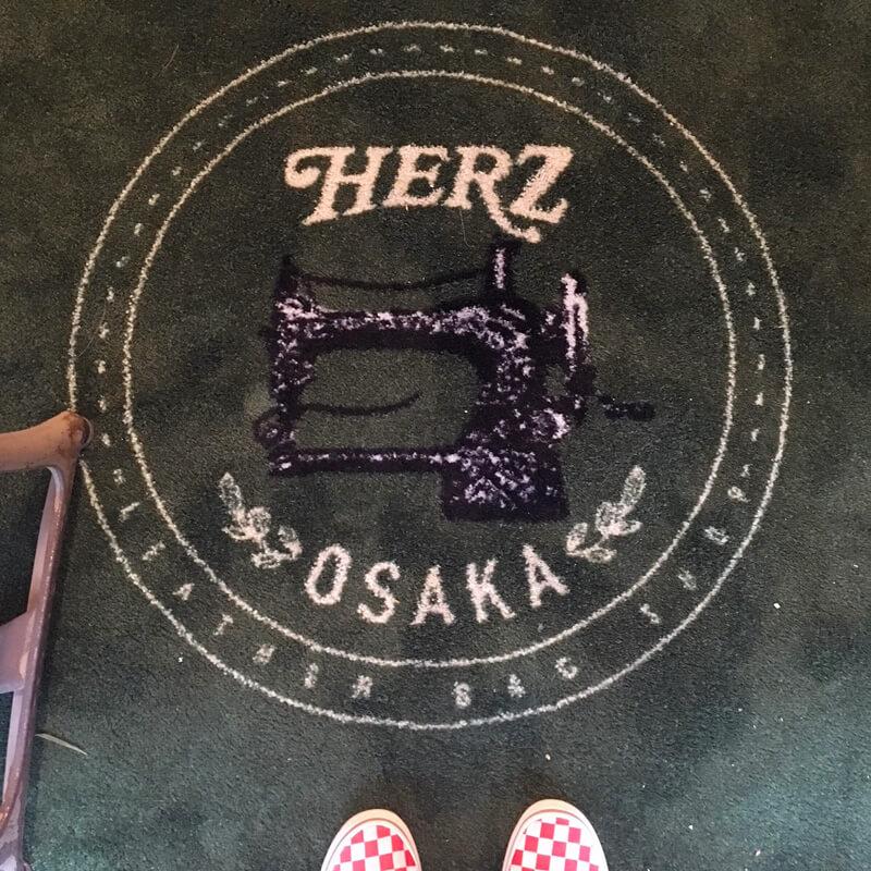 HERZ大阪店店内の床マット